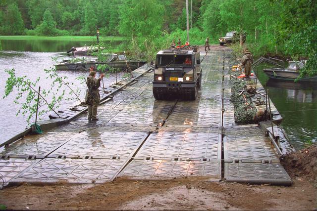 Pääsotaharjoitus Vaara - 2000 10.-16.6 2000 sotaharjoitus Telakuorma-auto ylittämässä ponttoonisiltaa Pioneeritoiminta