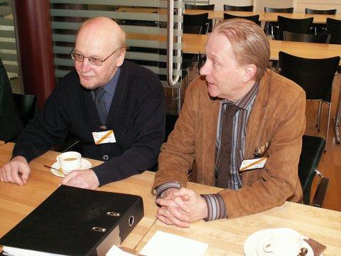 Kuvassamme istuvat Väinö vasemmalla ja Markku oikealla.