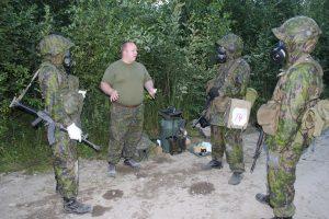 Partio Jyllin Militia suojelurastilla saamassa palautetta Janne Kalinaiselta