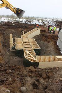 Nykyaikainen korsu, joka on rakennettu tehdasvalmisteisista naulauslevyillä liitetyistä kehistä ja valmiiseen mittaan katkaistusta puusoiroista sekä yhdyshautaa Rovajärven harjoitusalueella toukokuussa 2015.