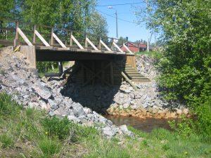 Teräspalkkisilta puukannella kevyenliikenteen väylällä Lumijoella 2009.