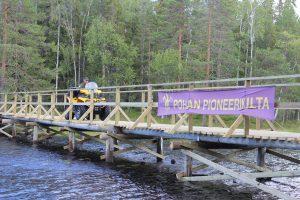 Puurakenteinen kenttäsilta Kainuun Rajavartiostolle partioreitille, mönkijä koekäyttää juuri valmistunutta siltaa 2015.