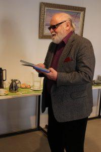 Vuoden kirjoittaja Pentti Vähäsarja vastaanottamassa kunniakirjaa Museo Militariassa