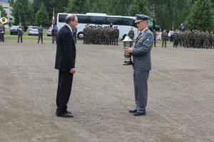 Eversti Jouko Rauhala (oikealla) luovuttaa ritarimaljan vuoden 2015 pioneeriksi valitulle DI Aimo Hattulalle (vasemmalla)