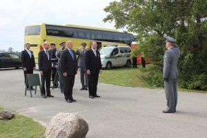 Pioneeritarkastaja eversti JOuko Rauhala ilmoittaa muistomerkin paljastustilaisuuden joukot puolustusministeri Jussi Niinistölle