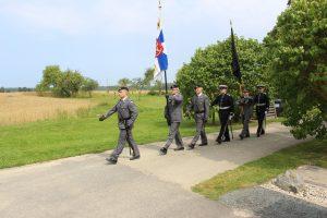 Liput saapuvat, edessä Jääkärilippu ja takana Pioneerikoulun musta leijonalippu