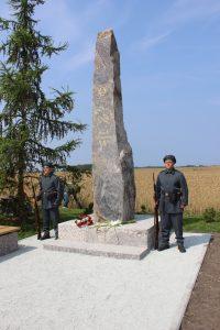 Jääkäripioneerien muistoksi toteutettu Schmardenin taistelun 100-vuotispäivänä paljastettu muistomerkki, jääkärit kunniavartiossa